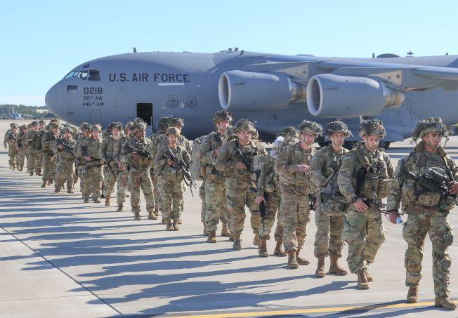 美軍無人機擊殺伊朗將領蘇雷曼尼後,為因應緊張局勢,美國再增兵中東。圖為美軍登上運輸機前往中東。(Getty Images)
