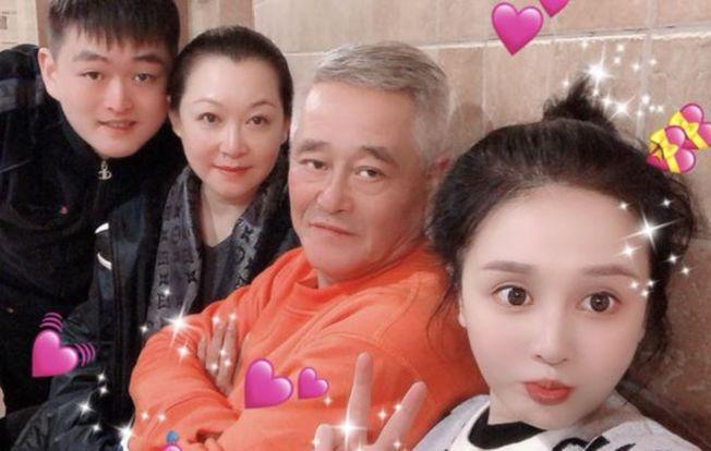 趙本山全家福照片罕見曝光。(取材自微博)