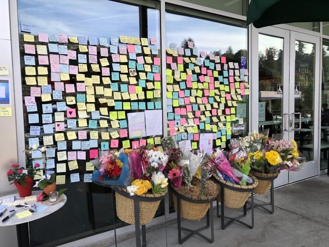 事發星巴克外,熱心市民製作紀念牆、送上鮮花悼念不幸遇難的曾碩。(記者劉先進 /攝影)