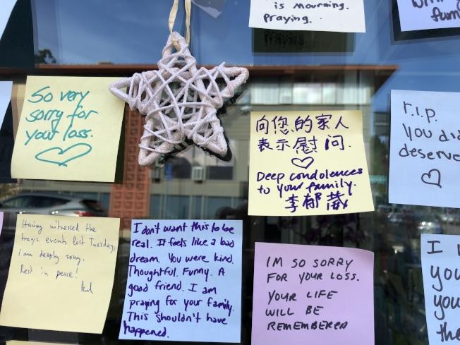 事發星巴克外,熱心市民製作紀念牆,送上鮮花悼念不幸遇難的曾碩。(記者劉先進 /攝影)