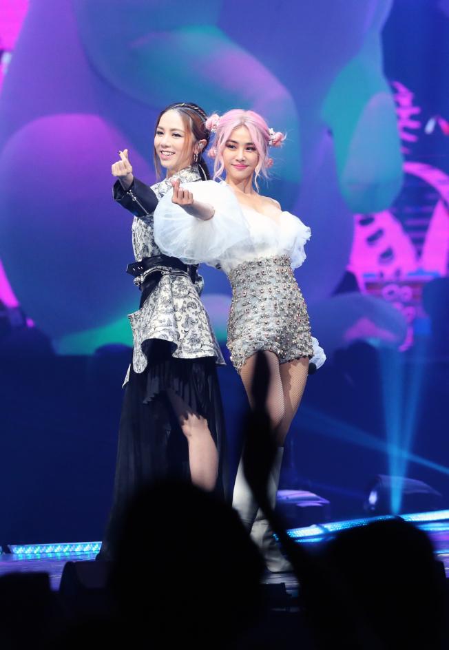蔡依林(右)演唱會邀嘉賓鄧紫棋齊跳萌舞。(記者徐兆玄/攝影)