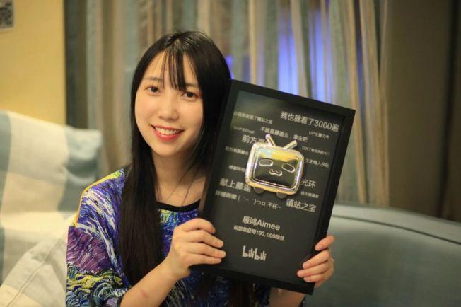 雁鴻巧手製作精美頭飾的視頻,讓她在網上擁有高知名度。(取材自微博)