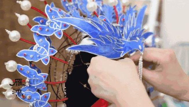 雁鴻用易拉罐等簡單材料,在短時間內就能做出一頂精美京劇鳳冠。(取材自紅星新聞)