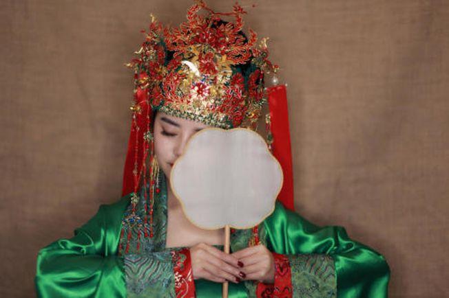 模特佩戴雁鴻的作品《知否》系列。(取材自紅星新聞)