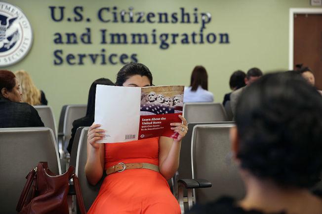 公民考試某些題目並不簡單,需要花時間準備。 (Getty Images)
