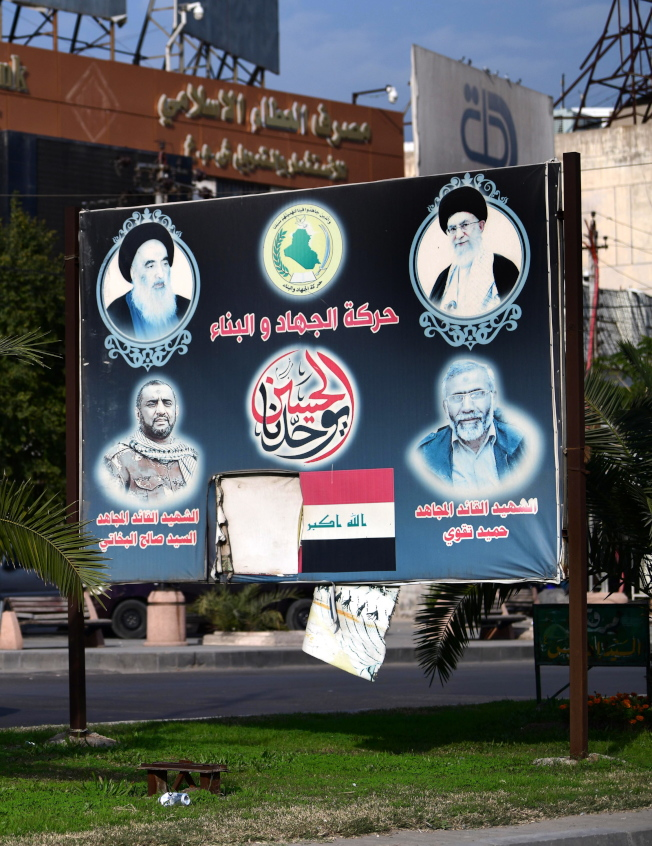 伊朗革命衛隊將領及伊拉克什葉派民領袖被美軍擊殺,引起中東及全球局勢緊張。圖為巴格達街頭看板展示伊朗及伊拉克什枼派精神領袖照片。(歐新社)