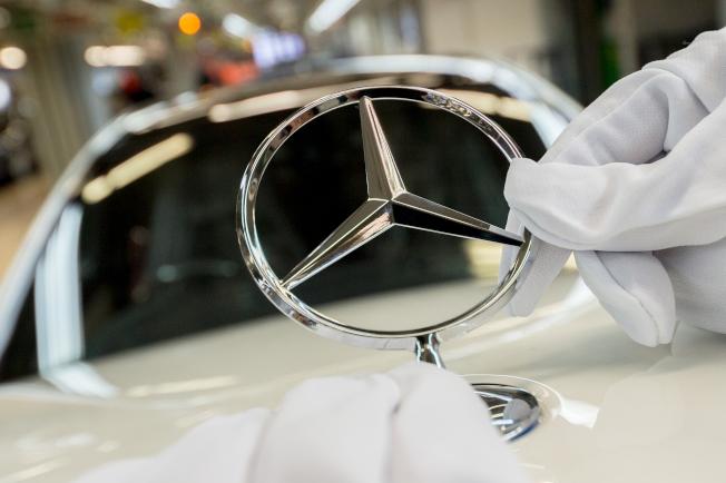 由於天窗密合出現問題,可能造成車輛行駛時天窗飛離,賓士宣布緊急召回75萬輛車。(Getty Images)