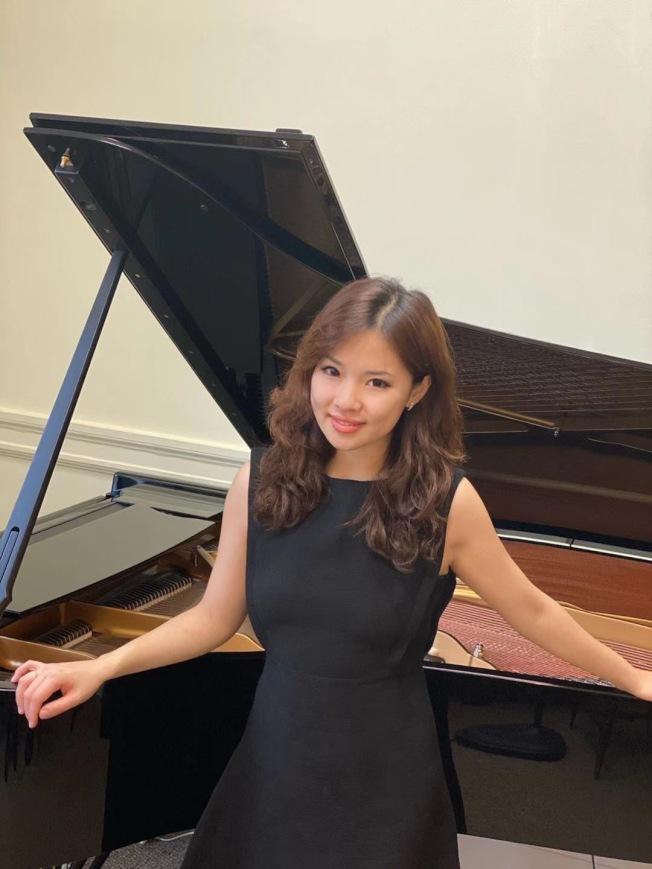 中國旅美青年鋼琴家葛之藝日前於法拉盛文藝中心舉辦鋼琴獨奏會,以法國巴洛克時期作品開場,中國當代作品為結,皆為不同時期女性作曲家的經典作品。她表示,受到當時社會環境及封建思想的影響,在歷史上女作曲家擁有的發展空間曾經十分有限,極具思想和藝術風格的音樂作品無法得到傳承,有些作品儘管本身非常優秀,但卻極少有機會被公開演奏,希望自己能夠努力展示與傳播優秀的女性音樂作品。(圖:主辦方提供;文:記者鄭怡嫣)