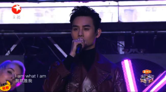 中國藝人王凱演唱由林夕填詞的張國榮經典歌曲《我》。(視頻截圖)