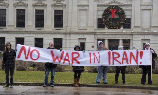 圖為示威民眾在印第安納州韋恩堡拉起橫幅「不要對伊朗開戰!」。(美聯社)