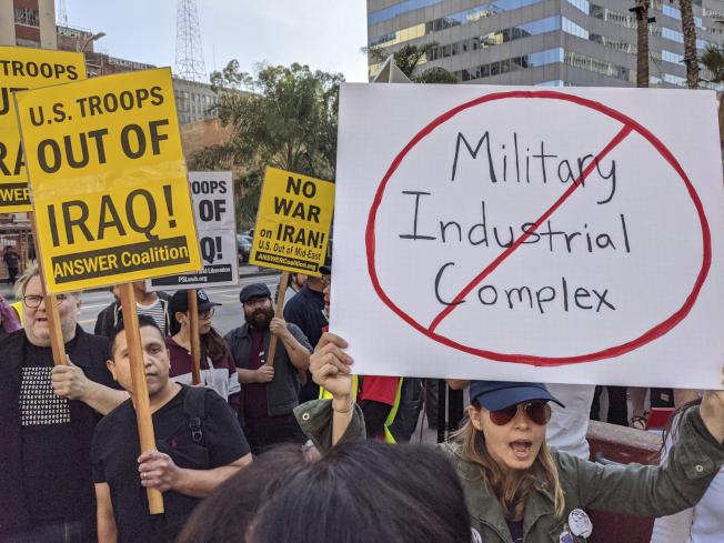 洛杉磯反戰民眾要求美軍退出伊拉克。(美聯社)
