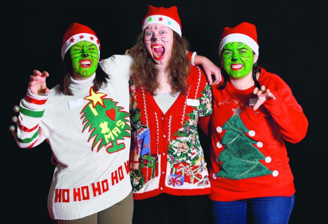 耶誕醜毛衣透過Instagram消費文化,從惡搞的玩笑躋身沃爾瑪必須大量備貨的商品。(路透)