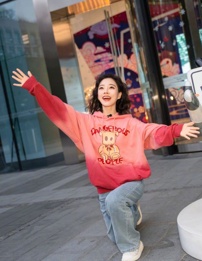 馮提莫被拍到「矮照」,她事後表示自己個子本身就不高。(取材自微博)