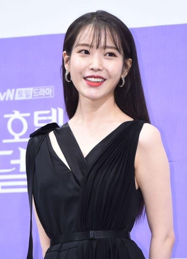 IU將與朴敘俊合拍電影,這是她首次擔任電影女主角。(取材自微博)