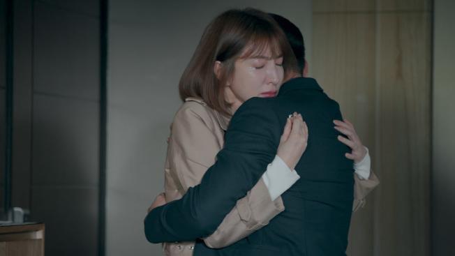 楊謹華與鄭人碩在戲中一陣爭執後,互相坦露心聲擁抱。(圖:公視提供)