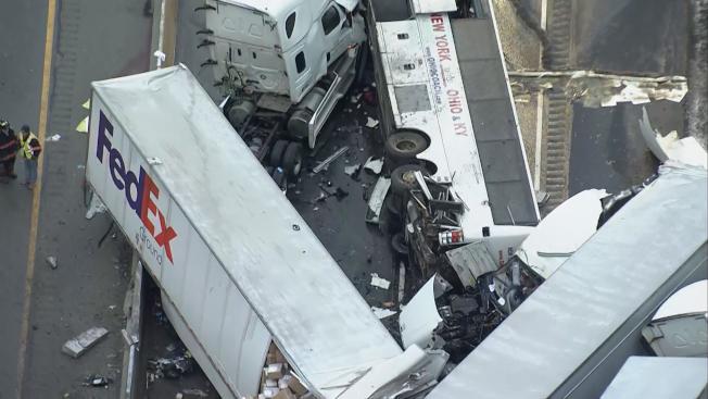 賓州高速路5日凌晨發生連環大車禍,從紐約華埠出發的大旅巴疑因打滑失控,造成到5人死亡,60多人受傷的慘劇。圖上方為旅行客巴,傾翻在地。(美聯社)