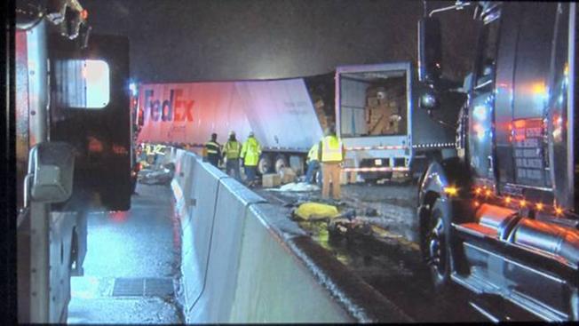 賓州高速路5日凌晨發生連環大車禍,從紐約華埠出發的華人長巴疑因打滑失控,先撞上路邊,接著引發煞車不及的多輛大型貨車在黑夜中連環追撞,造成到5人死亡、約60人受傷的慘劇。(美聯社)