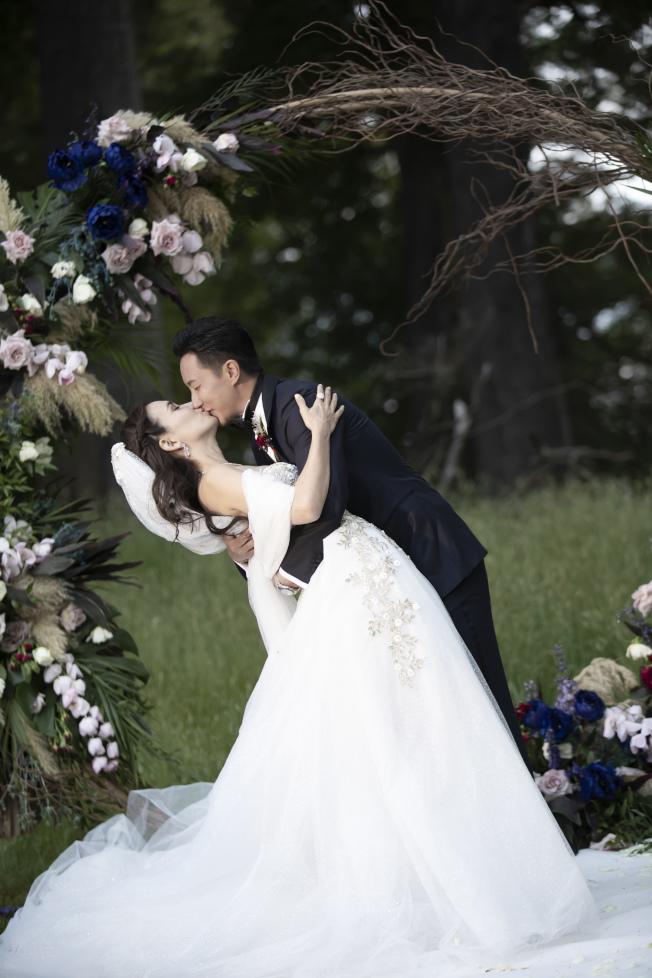 韓庚(右)才剛與盧靖姍結婚,新劇竟演繹恐婚男。(取材自微博)