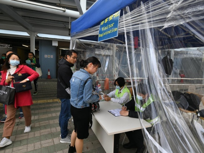 出入香港中文大學需出示學生證。圖/取自星島網