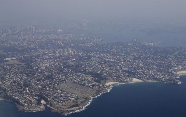 澳洲城市雪梨上空,瀰漫著山火帶來的濃煙。(美聯社)