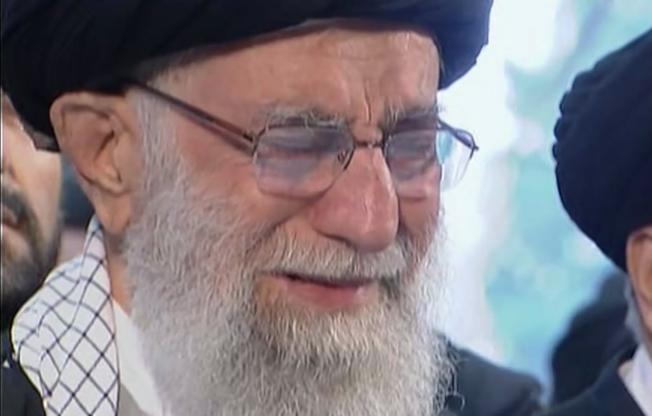 伊朗最高領袖哈米尼6日在德黑蘭主持悼念儀式,在棺木前祈禱時激動落淚。美聯社
