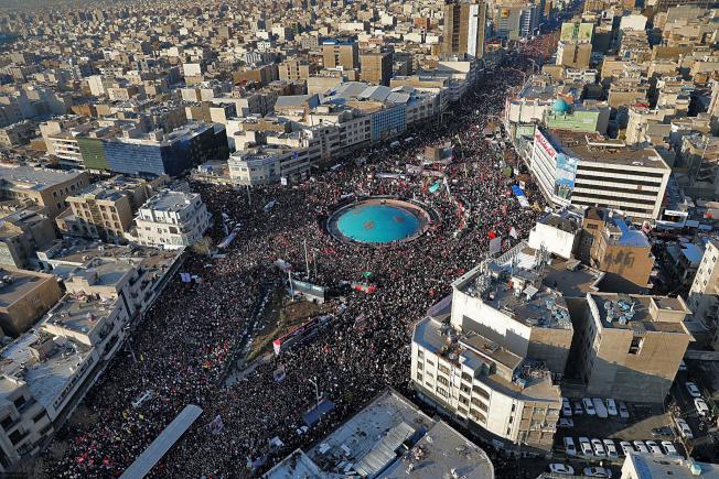 大批伊朗民眾6日在德黑蘭悼念已故將領蘇雷曼尼。美聯社