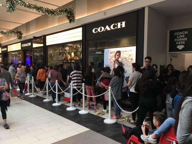 安大略購物中心名牌包包連鎖店Coach,吸引華人遊客光顧。(記者啟鉻/攝影)