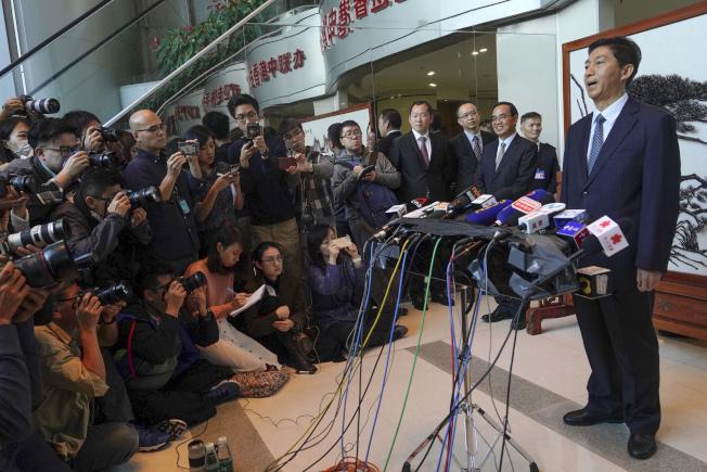 獲委駐港中聯辦主任的駱惠寧(右),履新後首次見傳媒,沒有提「止暴制亂」四字。(美聯社)