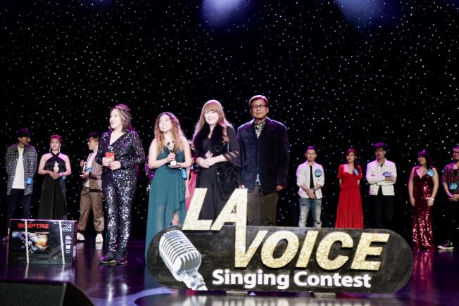 2020年世界好聲音評審溫倩(前排左一)、張富美(前排左三)為獲得最佳造型獎的Emily Yang(左二)頒獎。