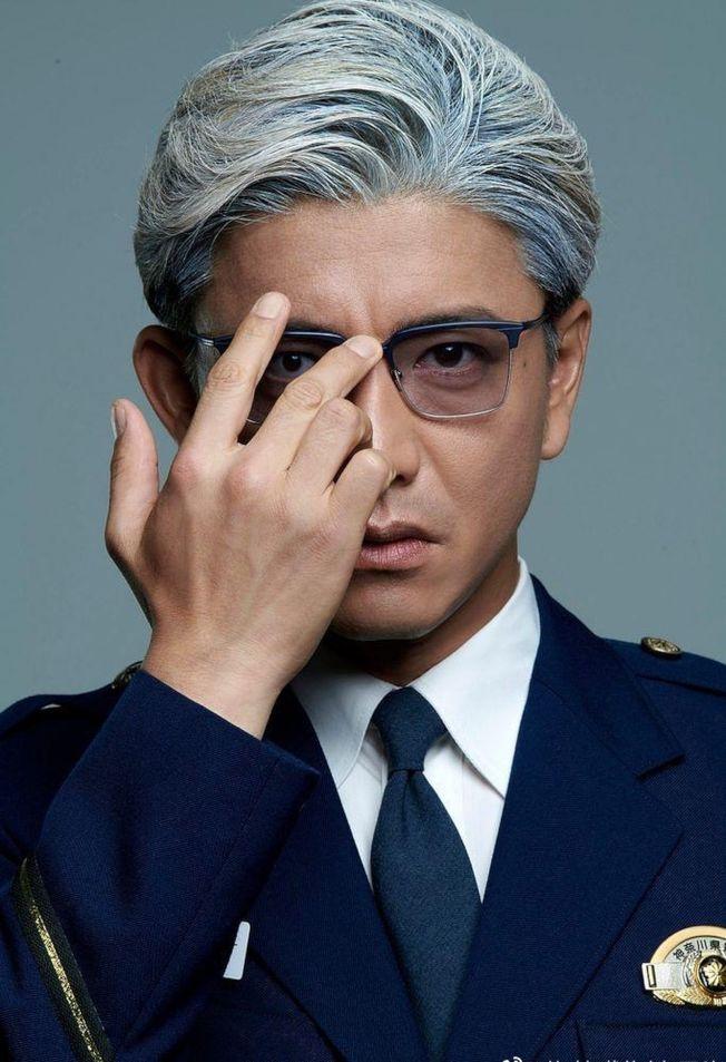 木村拓哉在新劇中飾演一名冷酷無情的警察學校教官。(取材自微博)