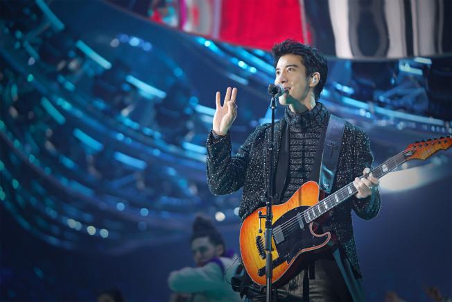 王力宏在江蘇衛視跨年晚會自彈自唱。(圖:江蘇衛視提供)