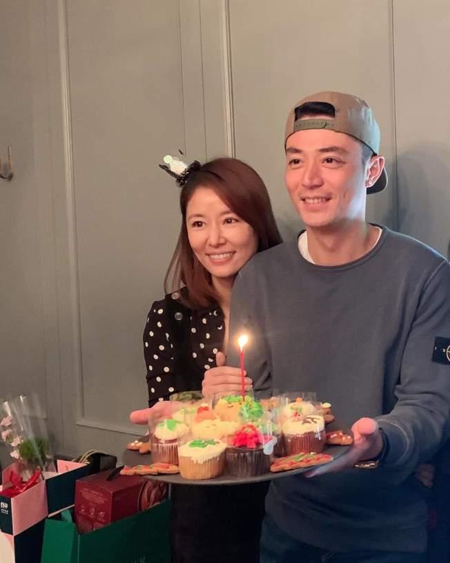 林心如(左)與霍建華曝光女兒慶生會現場。(取材自臉書)