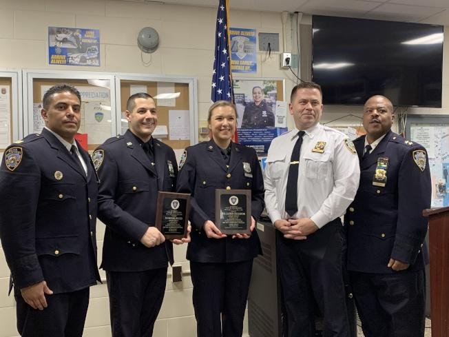 包塔拉汀(左)和霍爾(右二)表揚警員Lauren Creighton(右三)和Michael Ippolito(左二)的努力。(記者賴蕙榆/攝影)