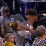 柯瑞場邊展父愛 與女兒玩「握手儀式」