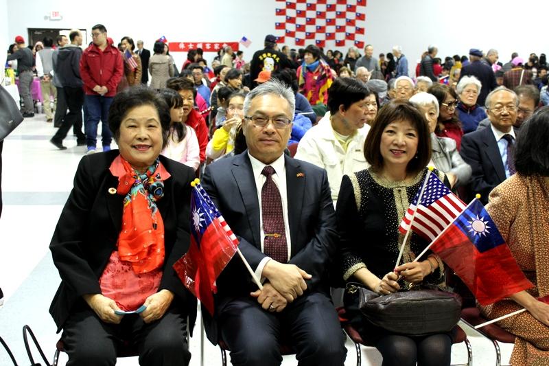 僑務委員陳美芬(左)、張世勳(中)、黎淑瑛在台下觀禮。