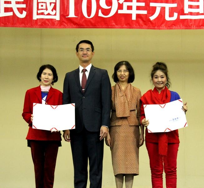 陳家彥(左二)、陳奕芳(右二)頒獎給羅秀娟(左一)、王妍霞。