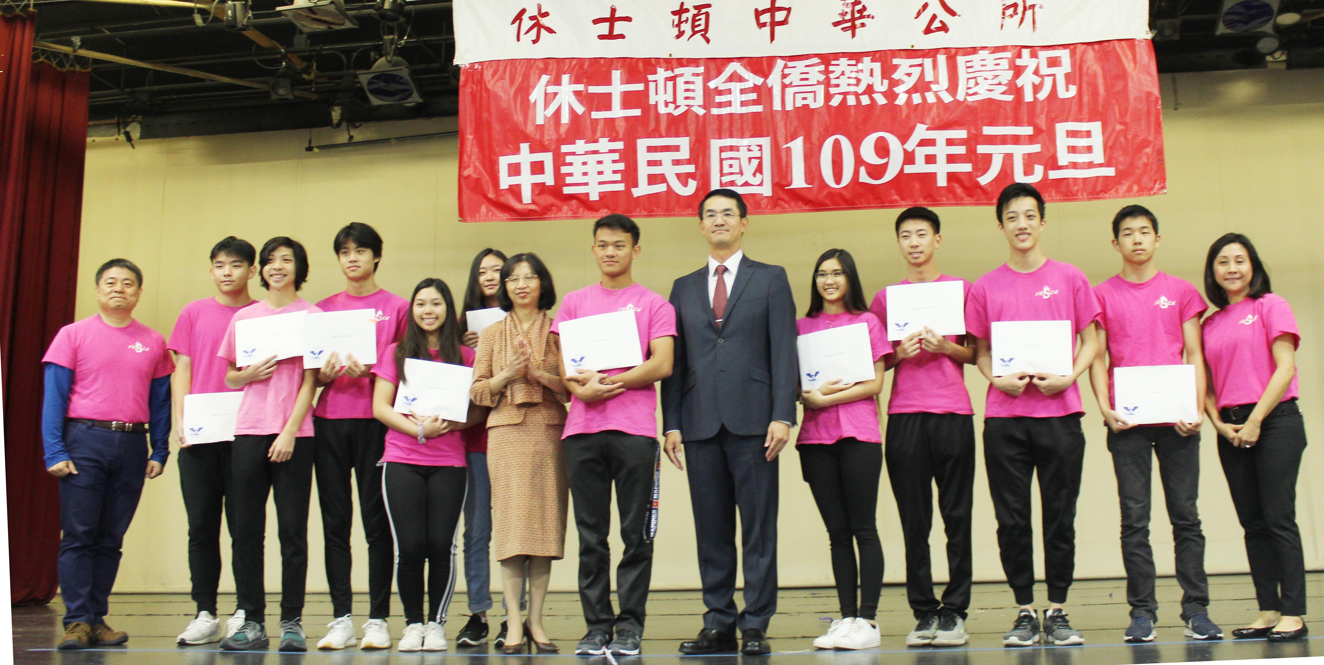 福爾摩沙青年文化大使協會(FASCA)指導老師許建彬(左一)、陳家彥(右六)、陳奕芳(左七)與青年文化志工服務獎得獎青年合影。