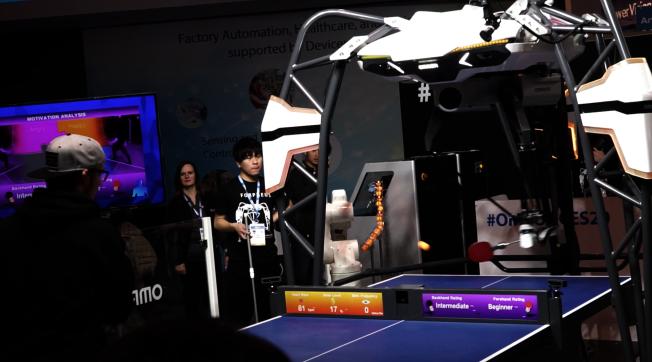 有厂商摆擂台,邀请观展者与机器人打乒乓球。(记者陈开/摄影)