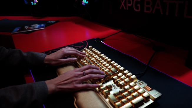 威刚科技(ADATA)的电竞品牌XPG展出24K纯金电竞键盘。(记者陈开/摄影)