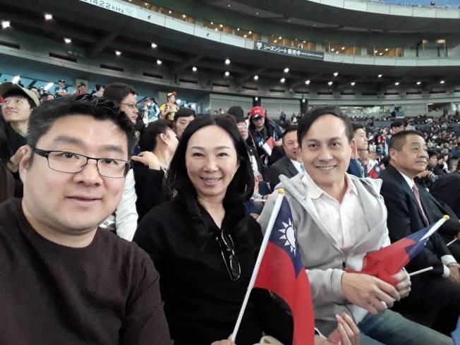 韓競辦發言人葉元之表示,李佳芬11月中訪問日本,其中有一天在東京巨蛋觀看世界12強棒球賽,現場除了他、台北市議員徐弘庭、王欣儀,還有多位僑領,從頭到尾都沒有遇到楊蕙如。(圖:韓國瑜競選辦公室提供)