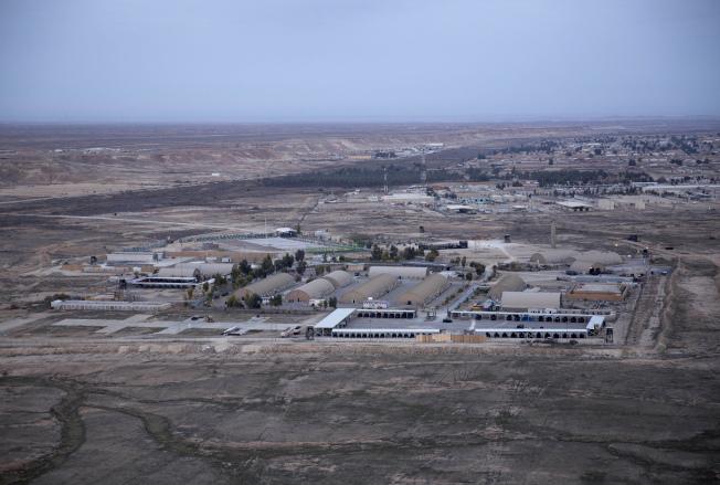 位於伊拉克的阿薩德基地遭到伊朗火箭攻擊。(美聯社)