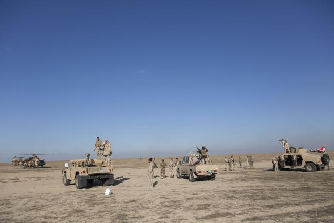伊拉克軍隊在阿薩德基地外圍戒備。(美聯社)