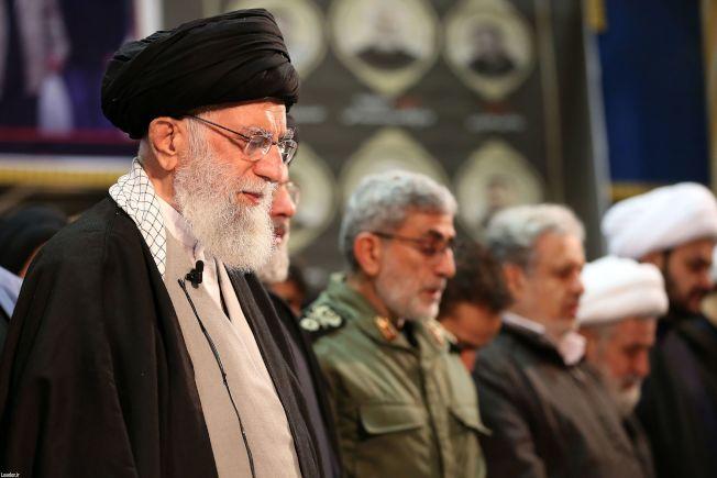 伊朗最高領袖哈米尼(左一)下令直接報復美國,圖為哈米尼與伊朗政府高層追悼蘇雷曼尼。(Getty Images)
