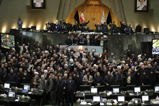 伊朗國會7日通過緊急法案,將美國國防部所有人員列為恐怖分子,並高呼反美口號。(美聯社)