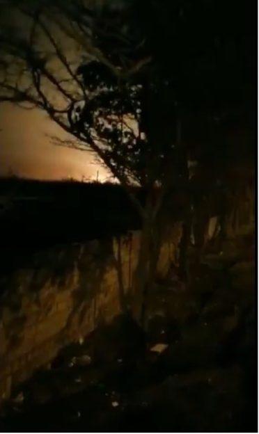 伊朗通訊社發布的視頻截圖,可看見烏克蘭客機墜落後爆炸的火光。(ISNA)