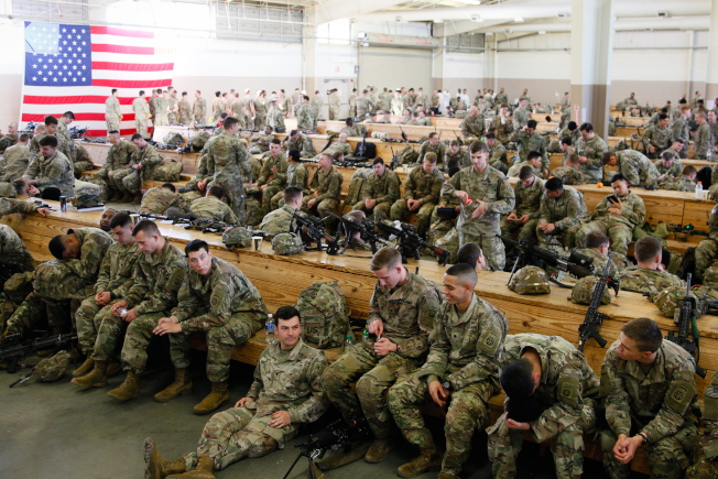 美國增兵因應中東情勢,圖為82空降師官兵在基地整裝待發,準備上戰場。(歐新社)