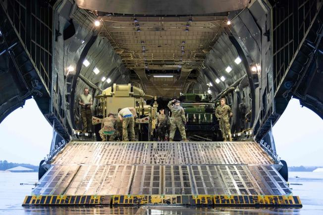 美國增兵中東,圖為82空降師裝載輜重,準備前往中東。(Getty Images)