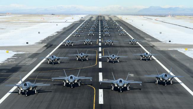 美國空軍388戰鬥機聯隊出動52架F-35隱型戰機在猶他州基地跑道列隊滑行,場面壯觀。(388戰鬥機聯隊)