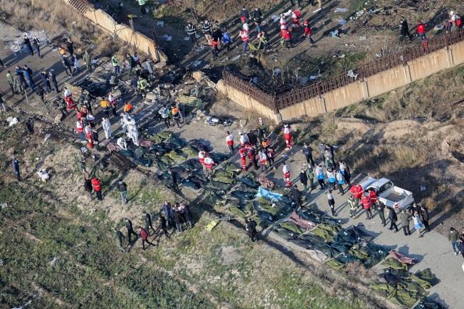 烏克蘭國際航空編號PS752的波音737-800客機8日在伊朗境內墜毀,官方證實機上176人全數罹難,地面上可見擺滿大量屍袋。