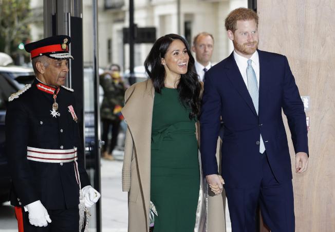 英國哈利王子夫婦宣布,將從王室高級成員身分引退,並在北美和英國兩地居住。圖為哈利王子夫婦去年10月在倫敦出席WellChild頒獎典禮。(美聯社)